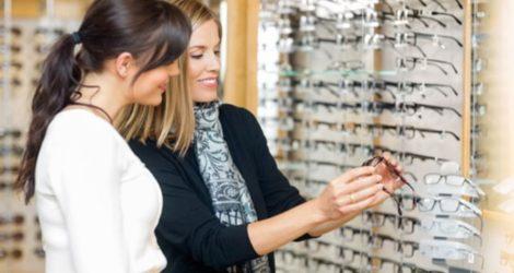 Confira as dicas para sugerir os óculos certos para cada cliente