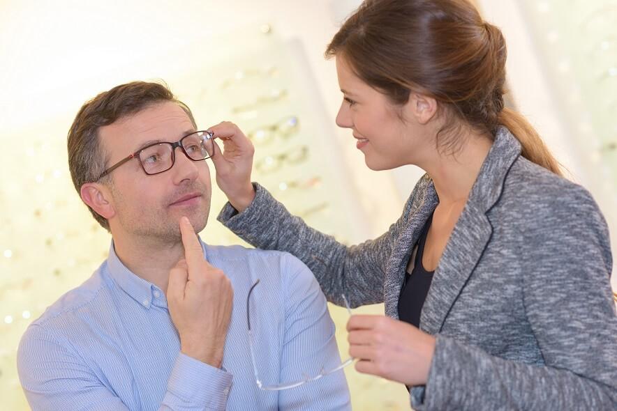 como atender bem o cliente na sua ótica