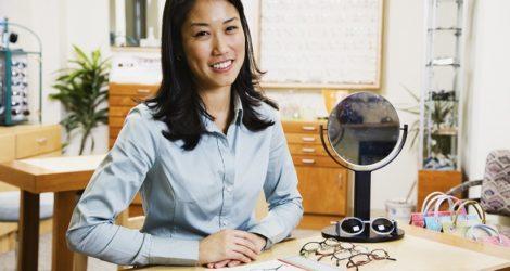 mulher escolher um sistema para óticas na sua loja