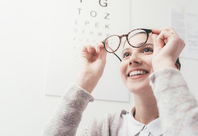 Aprenda o significado de cada sigla das receitas de óculos