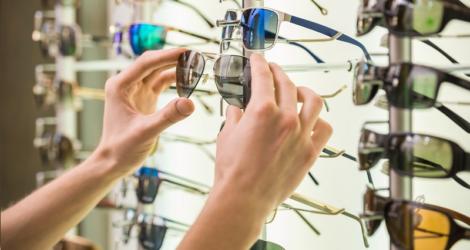 saiba como contornar a queda nas vendas por causa dos óculos piratas que são comercializados no mercado
